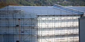 Eingerüstetes Gebäude mit Solaranlage